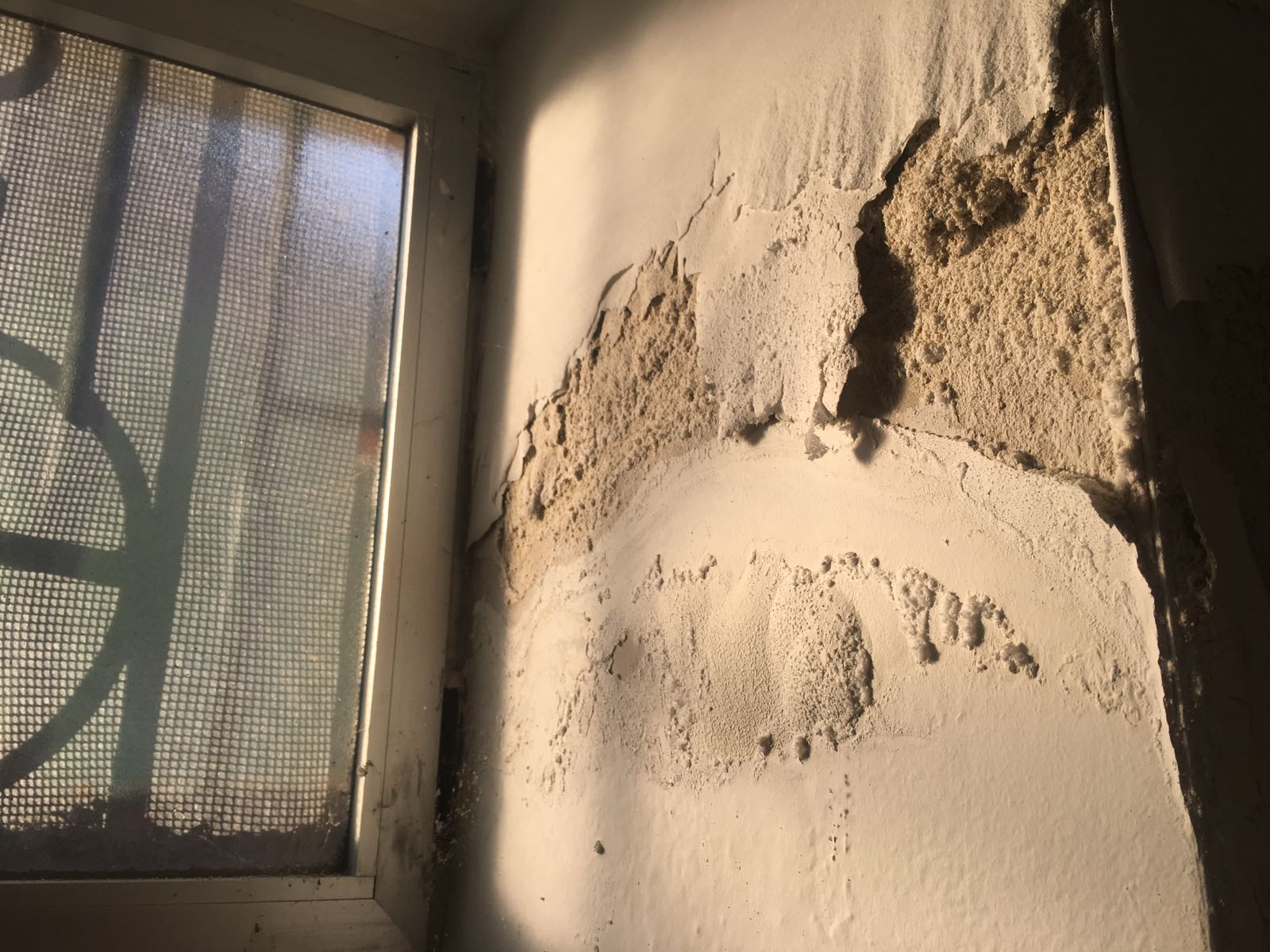 Grietas en paredes semienterradas